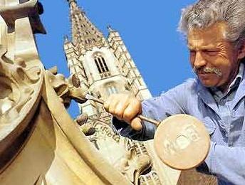 Arbeiten an den Münsterbauten, wie Anno dazumal. Diese uralte Technik bringt die Emil Fischer AG auch den Lehrlingen bei